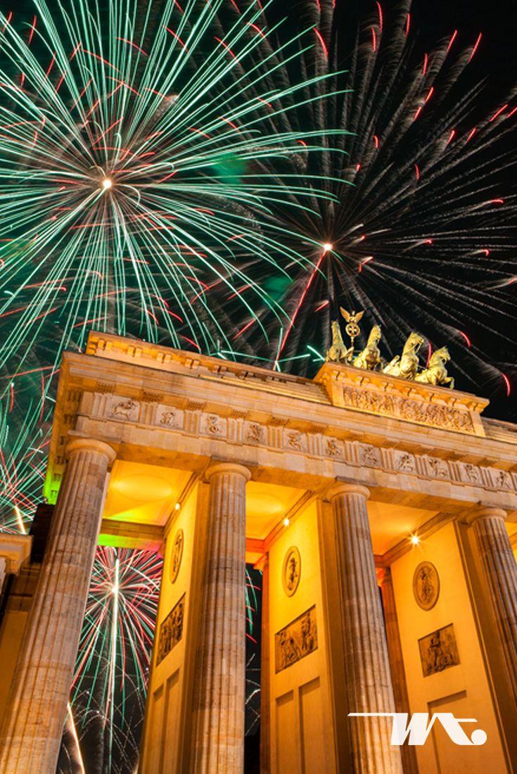Di Berlin, pesta malam tahun baru dirayakan diberbagai tempat, salah satunya di simbol utama kota Berlin, Gerbang Brandenburg. Bangunan bersejarah ini selalu dipadati pengunjung yang ingin menyaksikan langsung gemerlap kembang api yang spektakuler pada saat malam pergantian tahun.