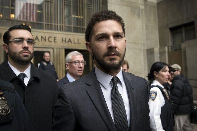 Shia, a la salida de una de sus múltiples visitas al juzgado y disfrazado de buen ciudadano.