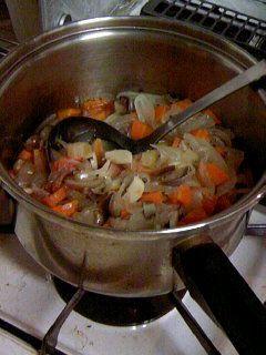 マクロビオティックな重ね煮です。陰性なものから順に重ねていき塩をして蒸し煮にします。本当に簡単、便利で、多めに作っておくと他のお料理にも幅広く応用できます。オーガニックなお野菜を選べば皮むきはなしで。だしは加えずアクも取りません。一物全体! 材料 玉ねぎ 2個 にんじん 1本 セロリ 1本 しめじ 1パック トマト 1個 なす 1本 自然塩 適量 ■ 作り方 1 野菜はそれぞれ洗って、きのこも、好きな大きさに切る。 2 厚手のお鍋に重ね塩をしき、しめじ、トマト、なす、玉ねぎ、にんじんの順に重ねてゆき、一番上にも塩をする。 3 蓋をしたまま30~40分弱火で煮る。 コツ・ポイント 陰性の野菜(トマトやほうれん草などの果菜・葉菜)は下、陽性の野菜(大根やごぼうなどの根菜)は上にくるように重ねていくのが最大のポイント。野菜以外も入れるときはキノコ・海草、果菜、葉菜、いも類、根菜、穀類の順に重ねます。黒胡椒してそのまま食べるのが一番おいしいのですが、風味付けにオリーブオイルやポン酢、お味噌を加えるのもオススメです。シチューやカレーにももちろん応用できます。全ての野菜好きの方へ。…