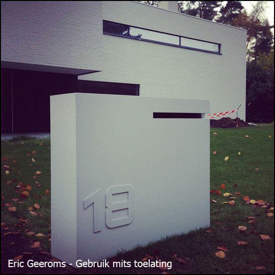 Brievenbus maatwerk corner met grote gleuf. Deze eigentijdse moderne brievenbus past uitstekend bij een strakke crepi woning.
