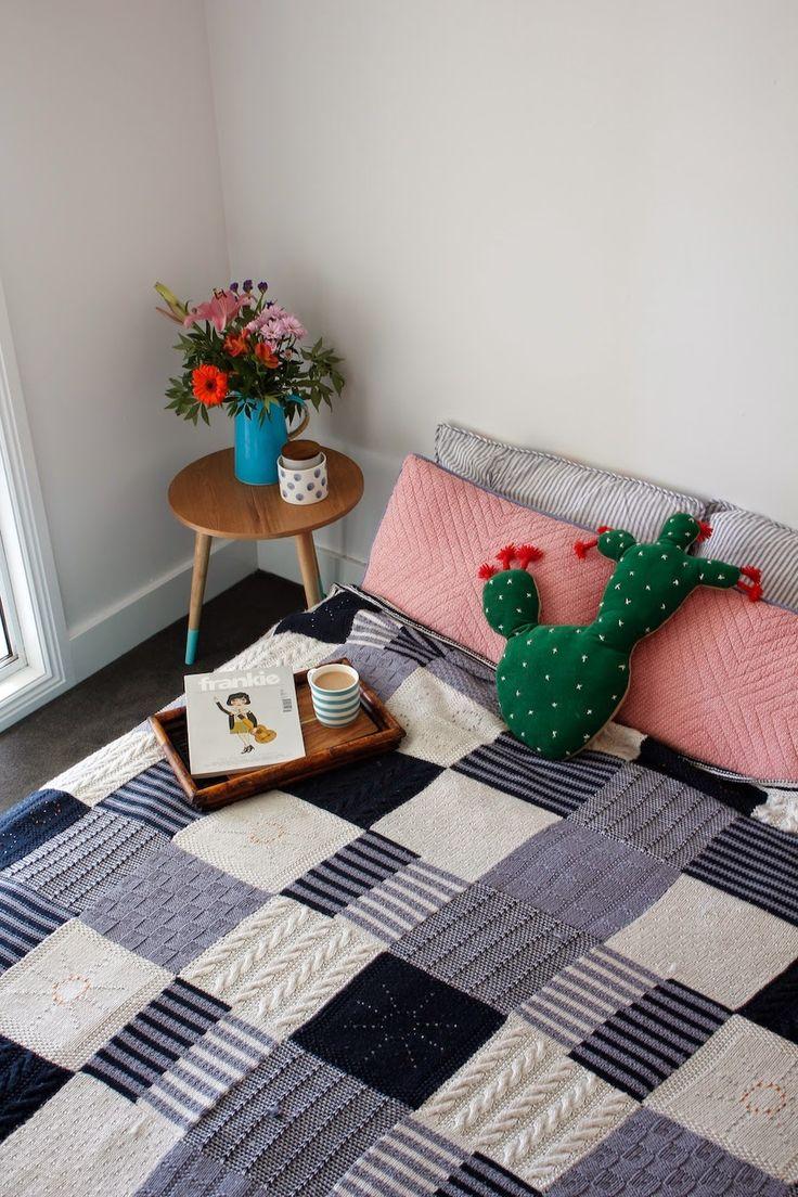 Dekorasyonunuzu güçlendirecek battaniyeleri siz de yapabilirsiniz. Örgü tekniklerini öğrenmek için, Hobium.com Atölye bölümünü, iplere ulaşmak için Hobium.com Malzemeler bölümünü ziyaret edebilirsiniz.