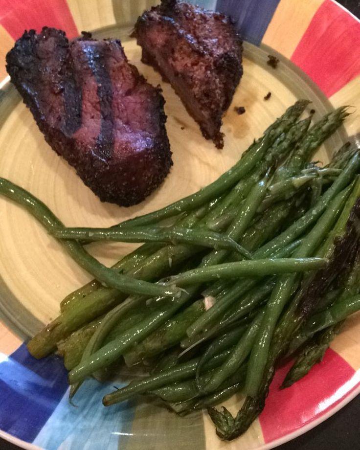 Esse Foi.nosso jantar ontem! Aspargos e vagens grelhadas e steak de carne defumada! Our supper yesterday! Roasted aspargus and green beans paired with smoked steaks! #comidadeverdade #lowcarb #lchf #emagrecendocomsaude by bruna_fitme