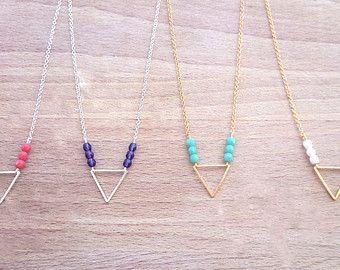 Collier fin géométrique triangle argenté ou doré et petites perles colorées