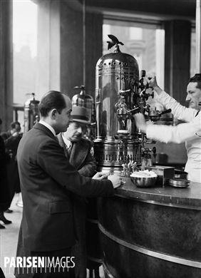 Percolateur de  La Maison du café , avenue de l'Opéra. Paris, 1937.