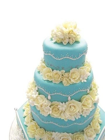 Tiffany blue wedding cake ::and it has pale yellow fleurs!!!