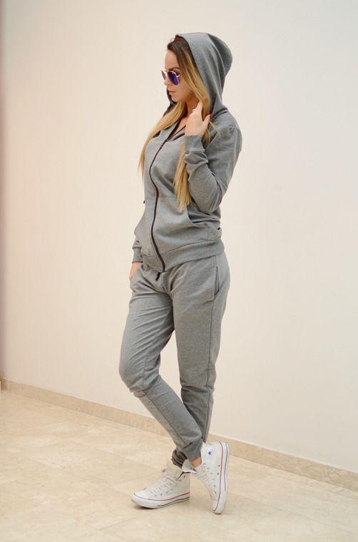 Niezwykle wygodny komplet sportowy, składający się z długich spodni ze ściągaczami oraz dwoma kieszeniami oraz bluzy z kapturem zapinanej na ekspres. Modny design i niepowtarzalny wygląd, idealna propozycja dla aktywnych, a także tych ceniących sobie wygodę.