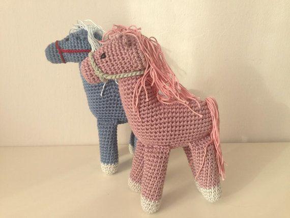 Schattige pony speelgoed hand-haakwerk van 100% katoenen draad, gevuld met pure gekaarde wol. Ca. 20cm hoog. Beschikbare kleuren: roze met lila mane, licht beige met grijze mane, licht beige met roze mane, Lila met roze mane, blue met licht grijze mane.  Verzorgen van instructies: handwas in warm water, pat droog.