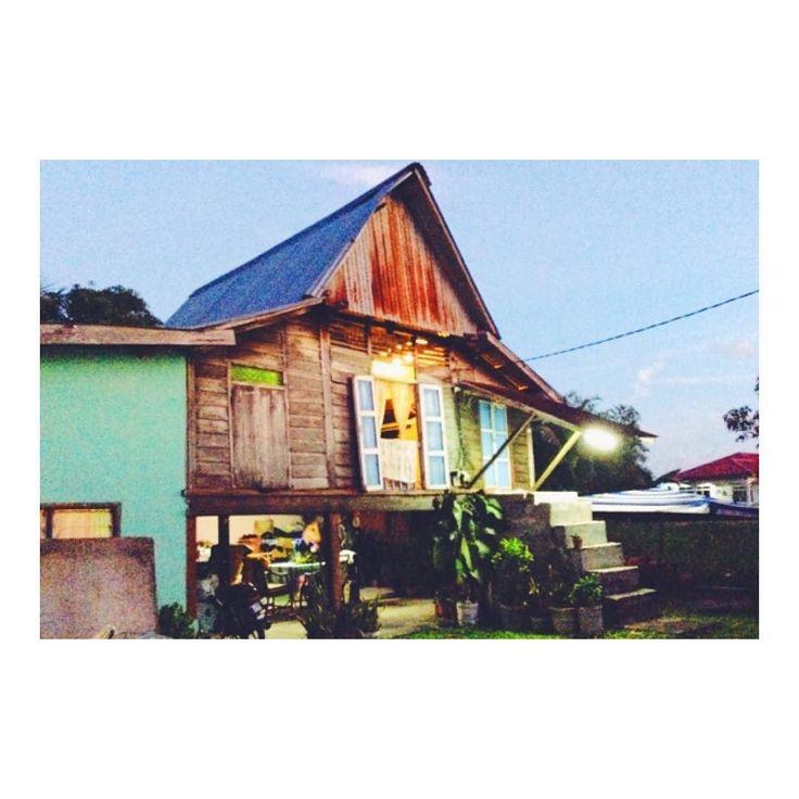 マレーシアの伝統的な家 Malaysian traditional house :)  友人のDancing Kimの祖父母宅がコチラ  ぱっと見すぐ壊れそうですが 台風が来ても壊れない程タフらしいです  僕もいつかはこういう伝統的な家に 泊まってみたいですねV(_)V  ちなみに僕の祖父母も新婚激アツの頃は  馬小屋か牛小屋の上にある物置を 間借りして生活してたそうです  僕の祖父母も負けてないd(_o)  #海外移住 #マレーシア #マレーシア生活 #マレーシア暮らし #マレーシアライフ #マレーシア旅行 #ランカウイ島 #ランカウイ島サイコーです #伝統的な #伝統的な家 #伝統的な家屋 #東南アジア #東南アジア一周 #東南アジア旅行 #東南アジア周遊 #東南アジア大好き #伝統工芸 #伝統 #伝統文化 #文化 #異文化コミュニケーション #文化の違い