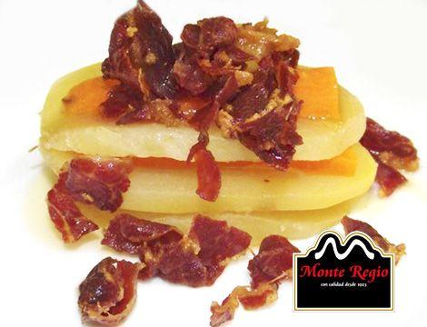 ¡Tenemos hambre! Milhojas de patatas, zanahoria y virutas de #jamón ibérico #MonteRegio ¿Quién se apunta?