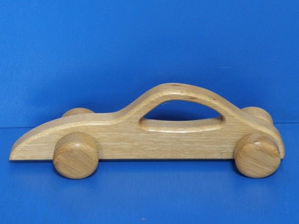 網走地方産の楢(ナラ)を加工してボディと車を作りました。オークと言われる素材なので幼児のオモチャとしては丈夫なほうです。長さ260mm・高さ80mm・厚み65...|ハンドメイド、手作り、手仕事品の通販・販売・購入ならCreema。
