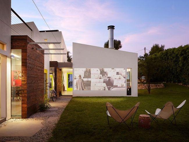 Domowe kino plenerowe - ściana domu może posłużyć jako miejsce do wyświetlania…