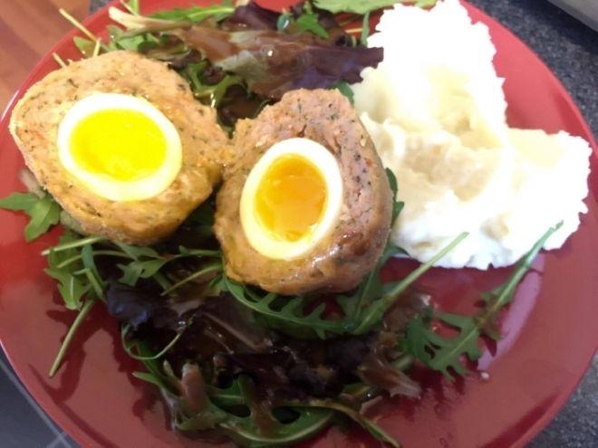Skotske vejce ( z kureciho masa)  - Uvarime si vejce - do vrouci vody vlozime vejce na 4 az 4,5 minuty. Okamzite pak nechame zchladit do studene vody. Ochutime si mlete..