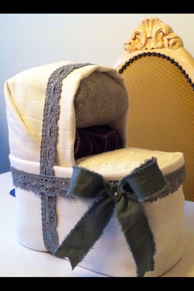 Kraamcadeau voor jongetje: luierwiegje van luiers en spuugdoekje & hydrofiele luiers.  Origineel kraamkado met daarin een kledingsetje verwerkt. #diaper Info: http://joleenskraamcadeaus.wix.com/kraamcadeau#!product/prd1/1650968145/luierwiegje