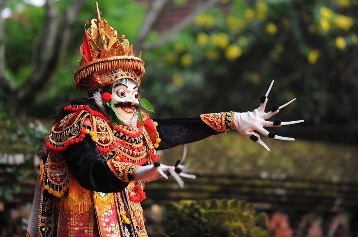 Balin maagisin paikka on Ubud  Tanssia, musiikkia ja mytologioita yhdistelevä balilainen teatteriesitys on viihdyttävää seurattavaa. Niitä on Ubudissa joka ilta, useissa paikoissa. Parhaimmillaan se on mustan yötaivaan alla metsän reunassa, jossa ympäristön hiljaisuuden särkee vain kaskaiden voimakas siritys.  http://www.exploras.net/balin-maagisin-paikka-on-ubud