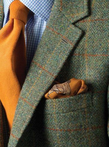 Perfekt komplettiert: Dunkelgrünes Sakko aus Harris Tweed mit cognacfarbenen Accessoires.
