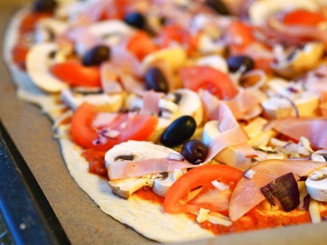 Pizza on ehkä yksi maailmankaikkeuden parhaimmista ruokakeksinnöistä. Keskinkertainenkin versio on yleensä hyvää ja toimii erinomaisesti lohtu- ja parannusruokana huterina darrapäivinä sekä muina kaikki-on-huonosti-ja-mikään-ei-ole-hyvin -hetkinä. Herkullinen pizza vaatii laadukkaan rapeanmaukkaan pohjan ja hyvät raaka-aineet täytteeksi. Täytteiden valintaan on yksi helppo ohje: kaikki käy, laita sitä mistä eniten tykkäät. Lisäksi hyvää maukasta juustoa raastettuna ja makoisa itse …