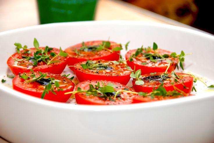 Lækre og ovnbagte tomater, der bages i 20 minutter med lidt balsamico og timian. Tomaterne er gode til en bøf eller andet oksekød. Foto: Guffeliguf.dk.
