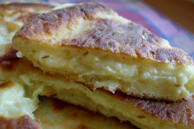 τραγανή τηγανίτα γεμισμένη με τυρί