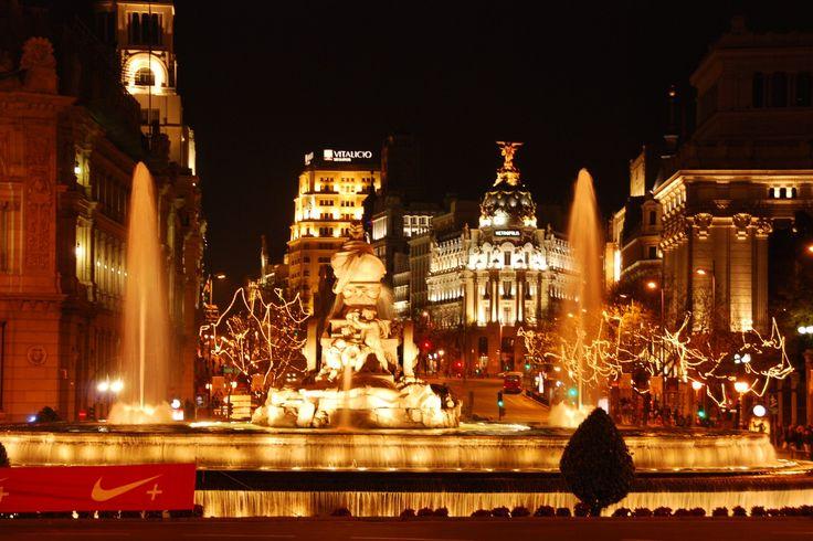 Toedeloe gourmetstel, kerstboom in de regen en familie-kerststress! Vamos a Madrid en het land van 'Feliz Navidad, prospero año y felicidad'. In december dompelt miljoenenstad Madrid zich onder in kerstsfeer. De magische kerstverlichting heeft een sterrenstatus en voor zoetekauwen ontvouwt zich hier een waar suikerparadijs met kerstlekkernijen. Skyscanner geeft wat gouden kerst-tips. #Madrid #kerst
