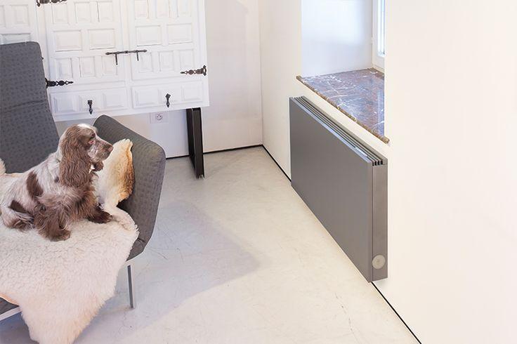 Jaga Strada - Robuste Verkleidung, dicht an der Wand, mit glatter Front und geradlinigem Aluminium Designrost