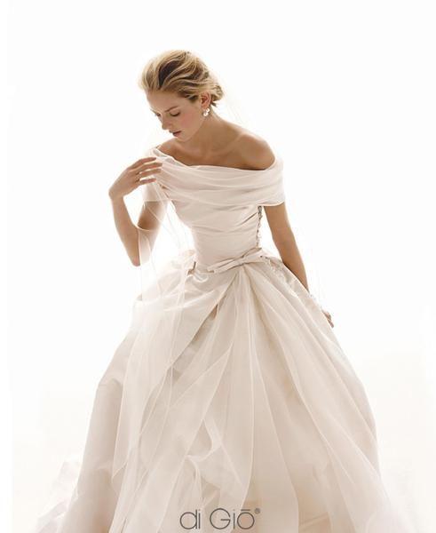Pretty dress.  Very classic