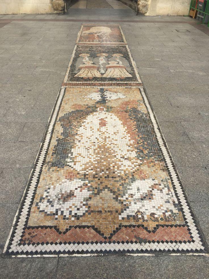 Mosaico  con escenas del Misteri en la Plaça de Baix.