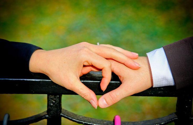 Eccomi di nuovo, oggi parliamo di uno dei momenti più significativi per una relazione, il fidanzamento. State insieme da un po' di tempo e avete deciso di unire il vostro rapporto per sempre? Innanzitutto congratulazioni! Un tempo vi erano delle vere e proprie regole che stabilivano come e quando i due fidanzati dovevano presentarsi alle rispettive famiglie e di come il ragazzo doveva chiedere la mano della futura sposa. Adesso i tempi sono cambiati e tanti convenevoli sono…
