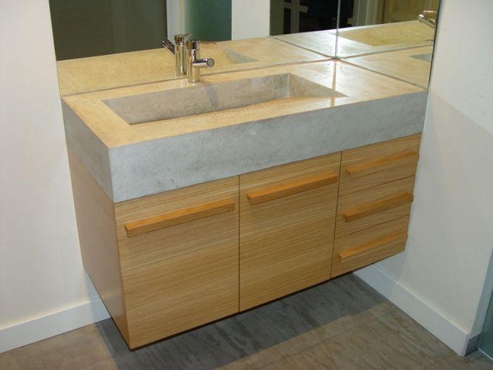 Diseño y fabricación de mueble bajo labavo a medida en madera de roble barnizado, encimera de piedra bateig