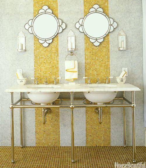 Gele strepen Glazen tegels van Waterworks stroomlijnen de muren en vloeren in deze gastenbadkamer van een plattelandshuis in Californië door ontwerper Jay Jeffers. De amberkleurige strepen breken de ruimte en voegen iets extra's toe.