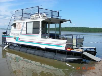 Homemade Houseboats - home built pontoon boat: Looking on the Internet with the hopes of finding a well built, good looking and affordable houseboat I kept coming back to the photos of this one.   In