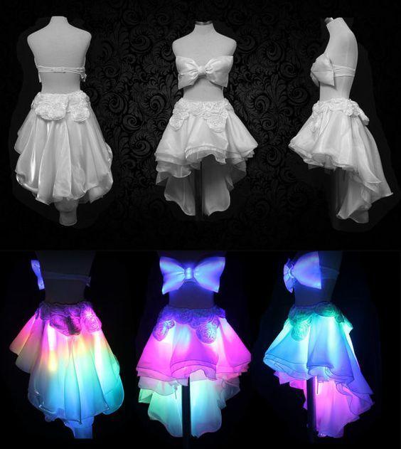 Una cintura a LED che cambia colore sotto una gonna di tessuto trasparente renderebbe un effetto fresco