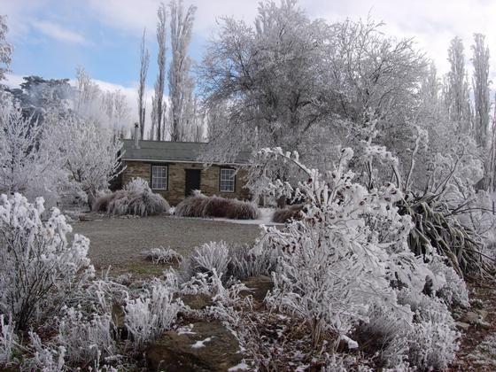 A Central Otago winter wonderland: Paddy's Cottage in Alexandra - www.bookabach.co.nz/8109