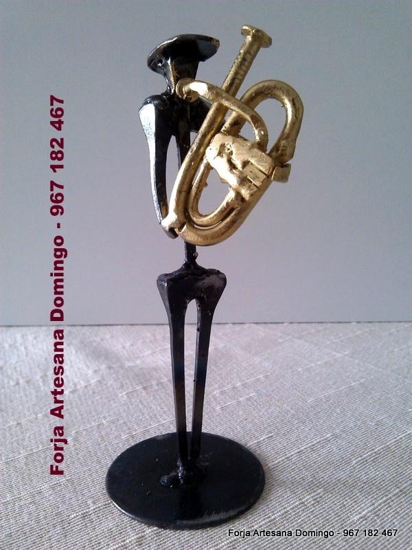 Figura de forja de un musico tocando el Bombardino, hecho a mano de forma artesana.