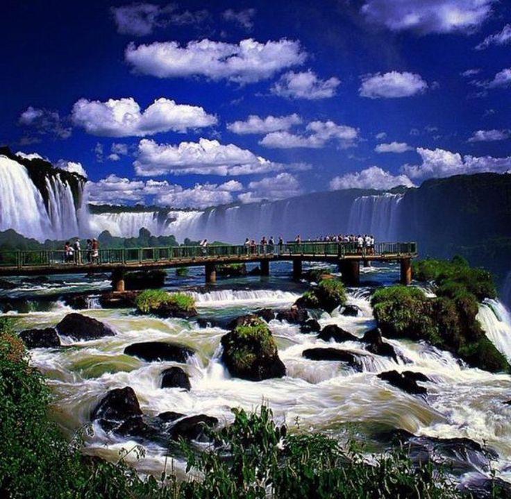 Las cataratas del Iguazú son un conjunto de cataratas que se localizan sobre el río Iguazú, en el límite entre la provincia argentina de Misiones y el estado brasileño de Paraná. Están totalmente insertadas en áreas protegidas; el sector de la Argentina se encuentra dentro del parque nacional Iguazú, mientras que la porción del Brasil se encuentra en el parque nacional do Iguaçu. Fueron elegidas como una de las «Siete maravillas naturales del mundo».