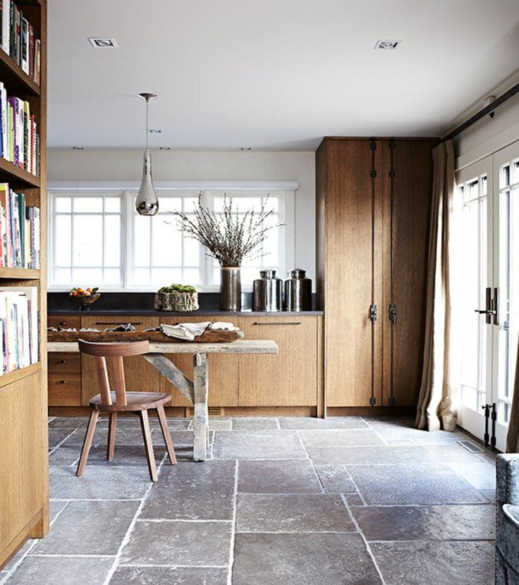 rustikale Küche einrichten Holzküche mit Natursteinfliesen