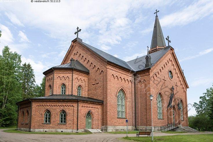 Asikkalan kirkko - rakennus kirkko tiilikirkko arkkitehtuuri julkisivu risti romaaninen goottilainen kesä ikkuna Asikkala punatiili