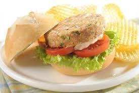 Hoy te damos una opción diferente para almorzar! ¿Que tal para hoy una hamburguesa de atún? INGREDIENTES: -3/4 latas de atún. -Aceitunas(partidas en trozos muy pequeños).  -Media cebolla troceada. -Ajo troceado. -Albahaca.  -Dos claras de huevo. -Un poco de pan rayado. PREPARACIÓN: Mezclamos el atún en un bowl con todos los ingredientes y hacemos hamburguesas.  Las ponemos a la plancha.