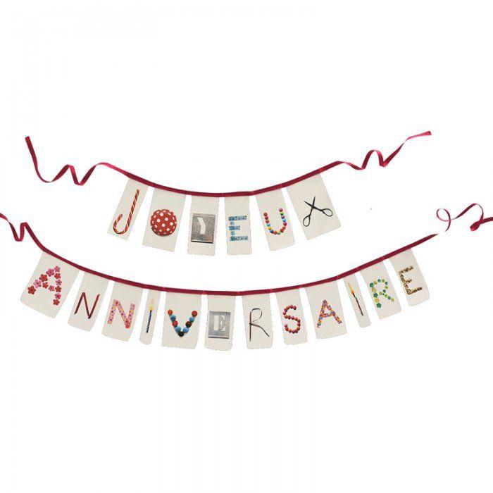 """En toutes lettres: des fanions s'assemblent pour former une banderole """"Joyeux Anniversaire""""!"""