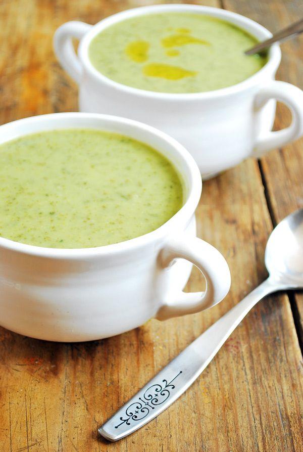 Sopa de kale con papa un platillo realmente sabroso, perfecto para comerlo cuando afuera hace frío y uno necesita algo que reconforte.