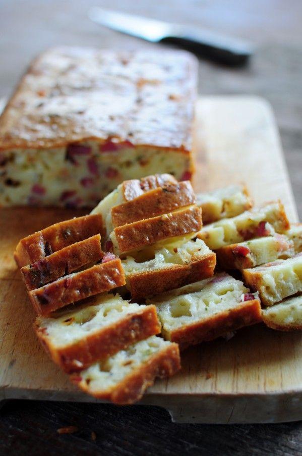 Cake apéritif au Cantal Entre deux et aux lardons