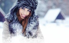 Девушки: зима, шапка, воротник, радость, улыбка, шатенка, снег, девушка, дом, взгляд