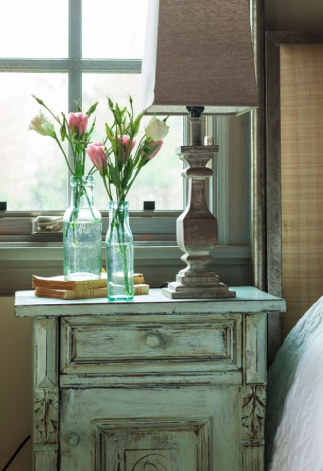 Shabby chic nightstand. Décor de Provence