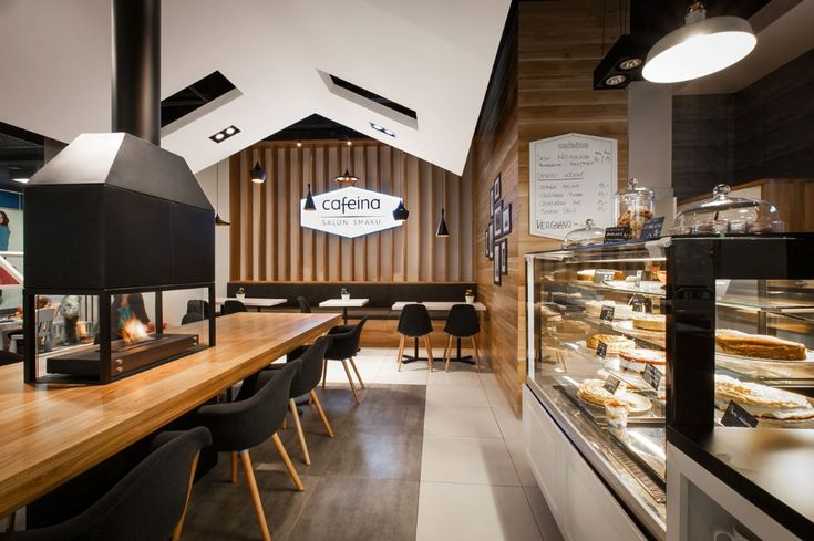Стеклянный прилавок с чёрной столешницей в современном дизайне кафе
