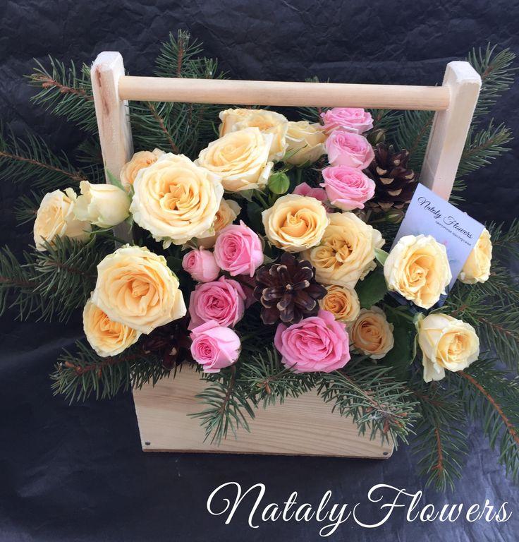 Композиция с кустовыми розами в деревянном ящике