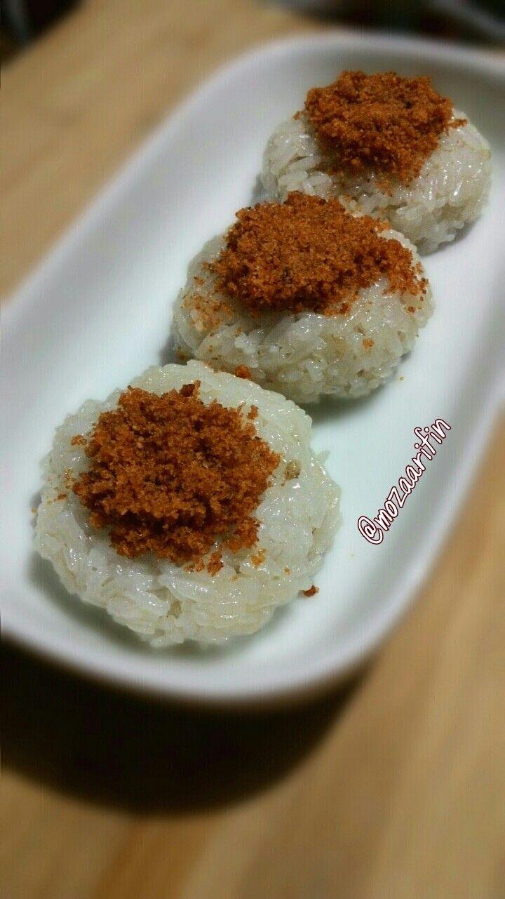 Ketan punar, makan khas palembang. Ketan kukus dengan toping abon kelapa atau serundeng