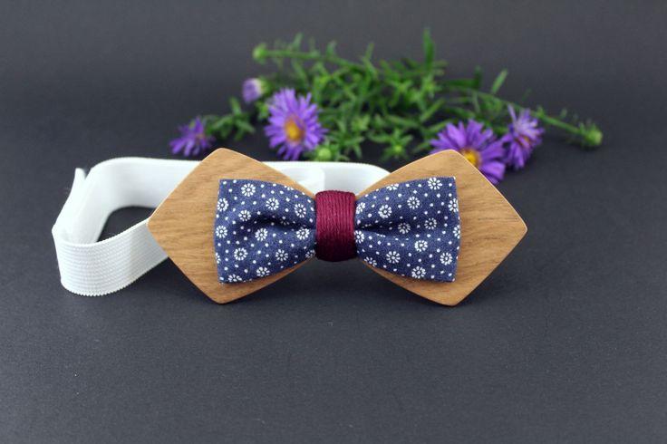 Noeud papillon en bois marron et tissu bleu et fleurs blanches (liberty bleu)