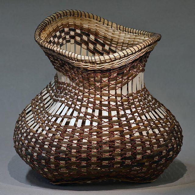 Still working with the willowskeins. Here is the big Beauty in a better ligth#copper#wirework#skeins#skovstuen#kurvmakerskolen#kurvmaker#basketmaker#naturalmaterials#aprencice#internship#