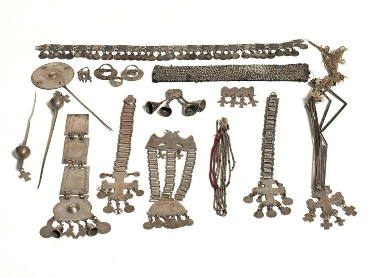 This mixed lot of Mapuche jewellery dates to the 19th century and was categorized by experts as a museum quality collection. It has been in a private ownership since 1906 and comprises the following pieces: two 'Punzon Acucha'; a 'Tupu', which are used by women to hold scarves or dresses instead of buttons –Tupu are made of a long needle and a disc or a sphere with crosses ('Punzon Acucha') on the upper edge. #auctionata #sale #tribal #art #indian #jewellry