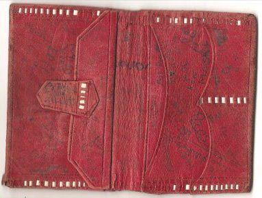 Un portefeuille en cuir rouge (je l'avais complètement oublié !!! je me souviens de l'odeur particulière du cuir)