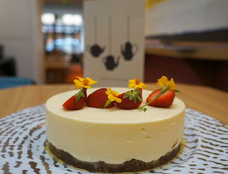Le chef pâtissier Jonathan Blot a réalisé pour nous sa recette de cheesecake en vidéo. Un recette légère et gourmande aux spéculoos à décorer de fraises et de fleurs comestibles !